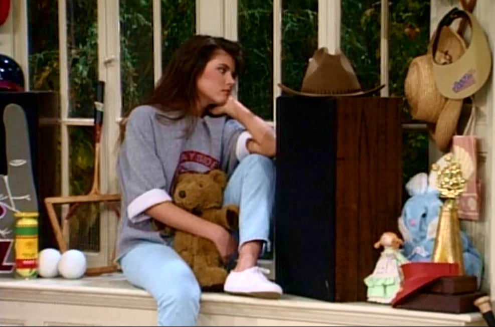 "We all loved ""casual hanging out at home"" Kelly — her off-the-shoulder Bayside Tigers sweatshirt, light-washed jeans, and white Keds make for a perfect '90s loungewear look. Source: Tumblr user slatersgunnaslate"
