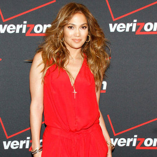Jennifer Lopez Greets Fans at Verizon Store | Pictures