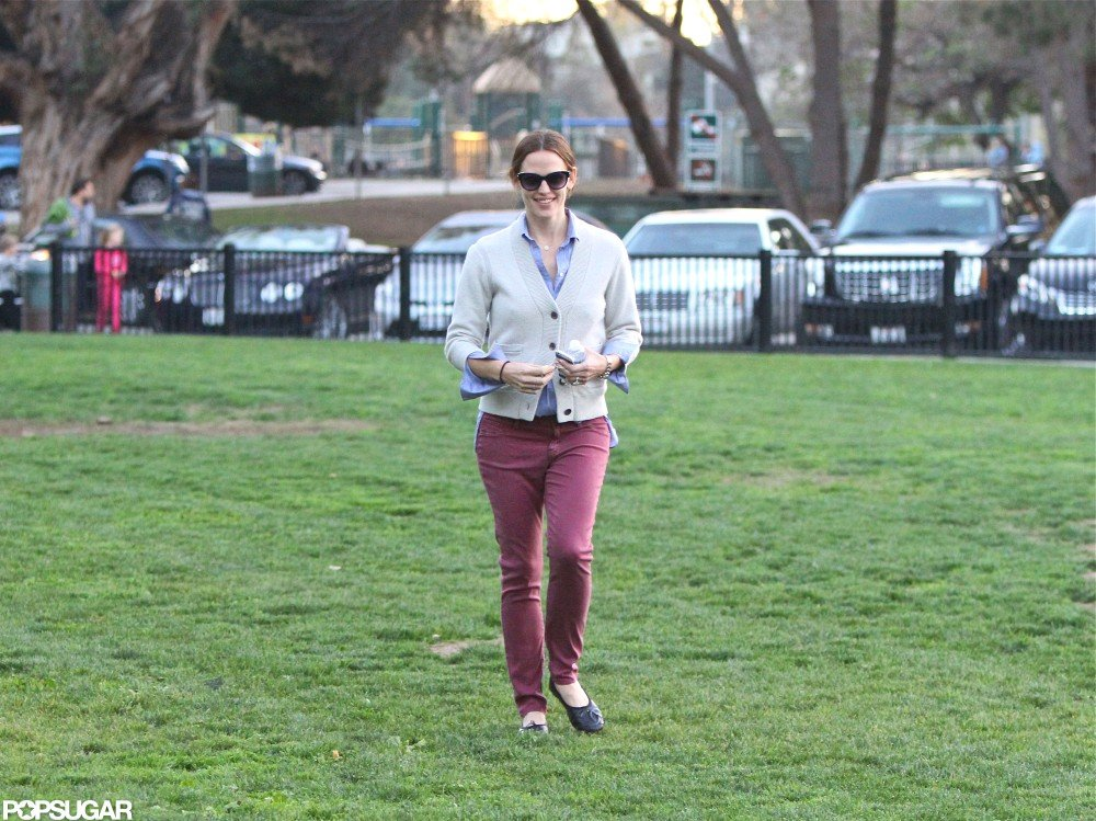 Jennifer Garner wore maroon pants for a stop by an LA park with Violet Affleck.