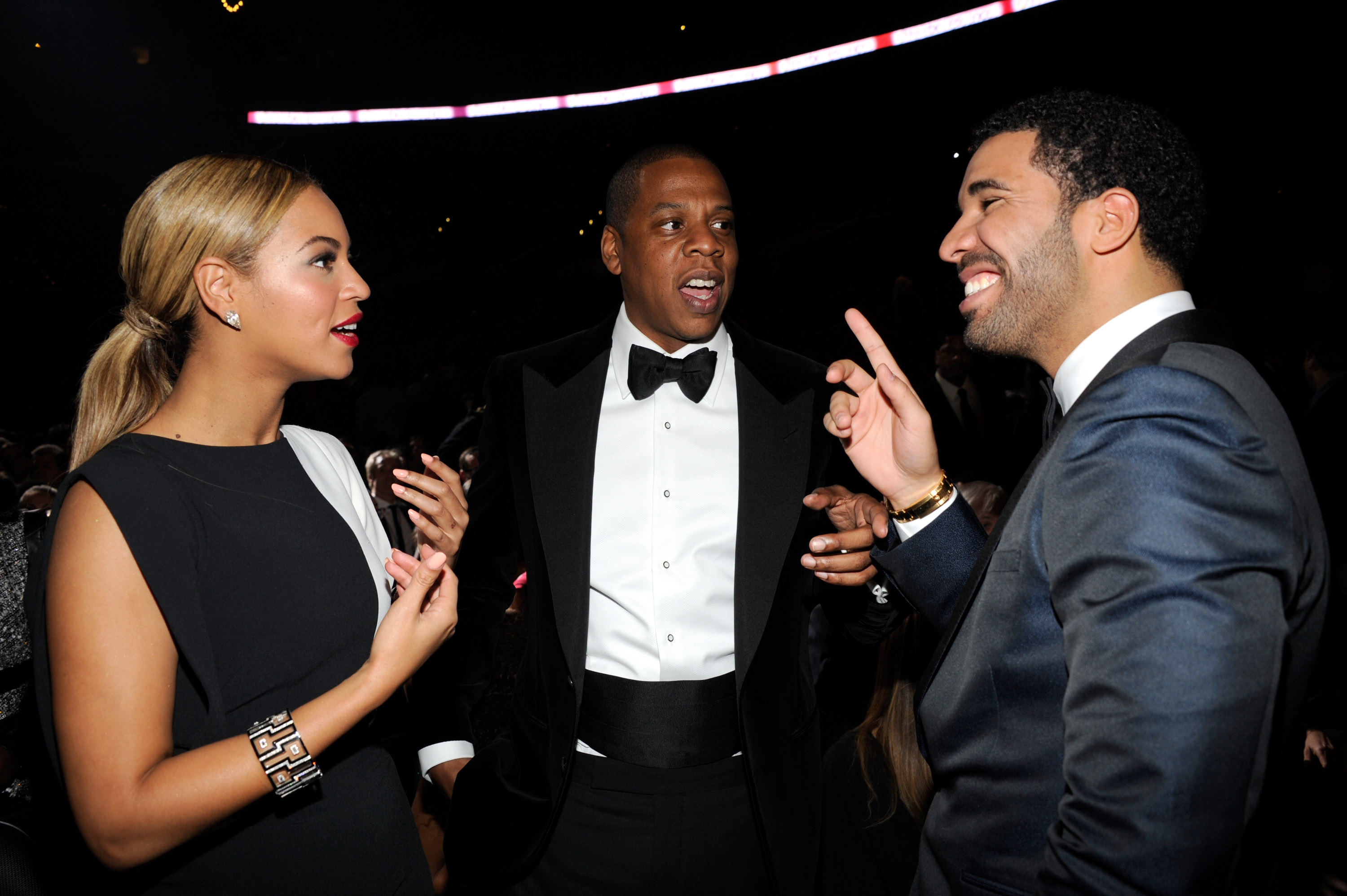 Beyoncé and Jay-Z chatted with a very smiley Drake backstage at the Grammys on Sunday night.