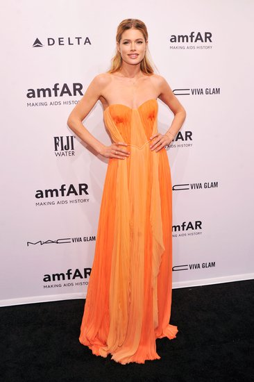 Doutzen Kroes wore an orange dress to the amfAR New York gala.