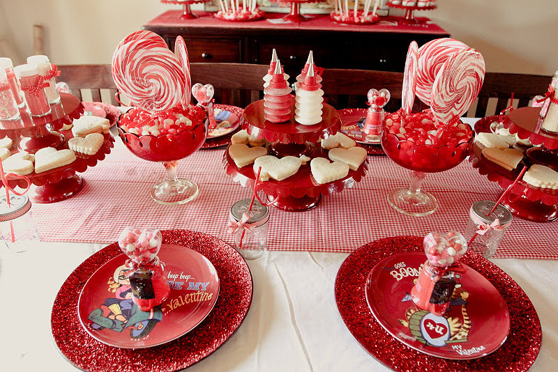The red-and-pink table was set up so little guests could enjoy sweets while they worked their magic.  Source: Jenny Cookies