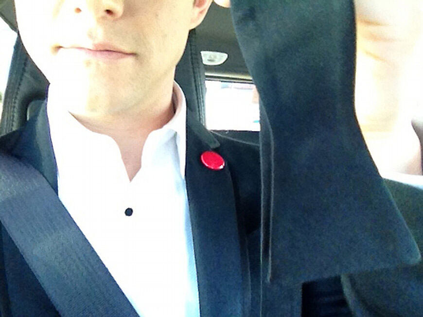 """Joseph Gordon-Levitt is hoping his """"hot date"""" knows how to tie a bow tie!  Source: Twitter user hitRECordJoe"""