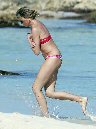 On another beach day in Mexico, Cameron Diaz stuck to her mismatched theme in a red top and pink printed bottoms.