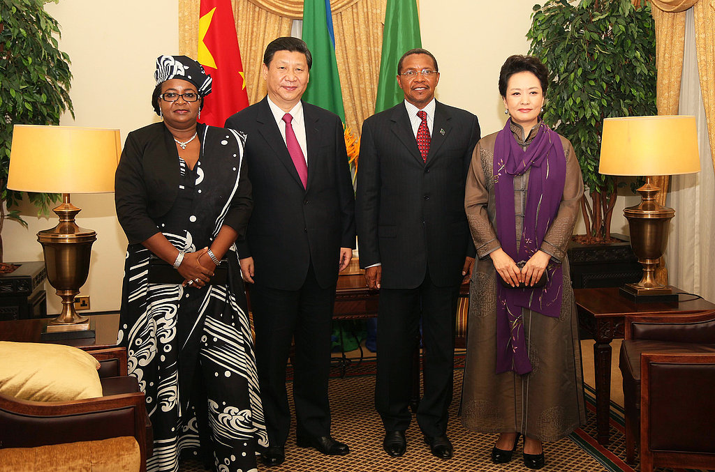 Tanzania's First Lady Salma Kikwete, Chinese President Xi Jinping, Tanzanian President Jakaya Kikwete, and the First Lady of China Peng Liyuan all posed at Tanzania's state house.