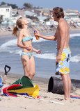 Dax Shepard helped Kristen Bell apply sunscreen during an August 2008 Malibu beach day.