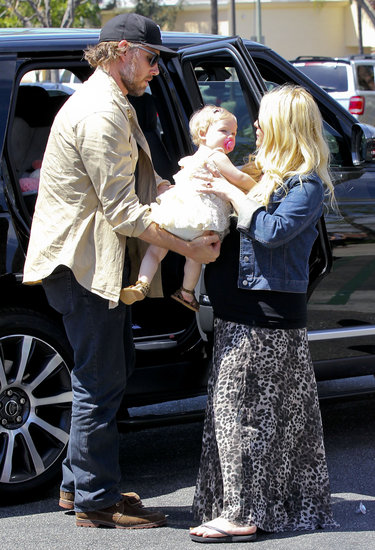 Eric Johnson handed Maxwell off to Jessica Simpson.