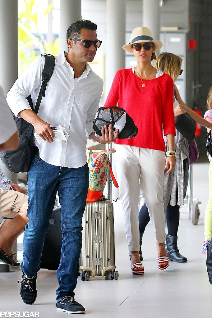 Jessica Alba and Cash Warren carried their luggage.