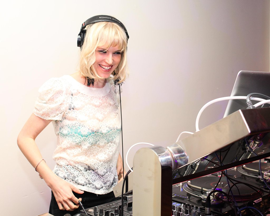 This DJ's short, blond crop was just darling.