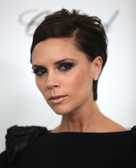 In 2009, it was back to black at the Elton John Oscar Party, where Victoria paired her short pixie with equally dark eye makeup.