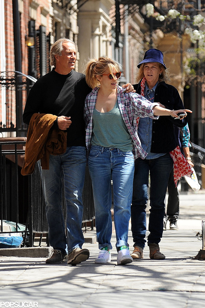 Sienna Miller Hangs With Her Dad Ahead of Tom's Opening Night