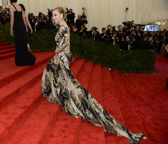 Amanda Seyfried made her way up the steps and into the bash with her train following behind.