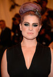 Kelly Osbourne looks awesome with her purple hair and metallic eye makeup. What do you think of her Met Gala makeup?
