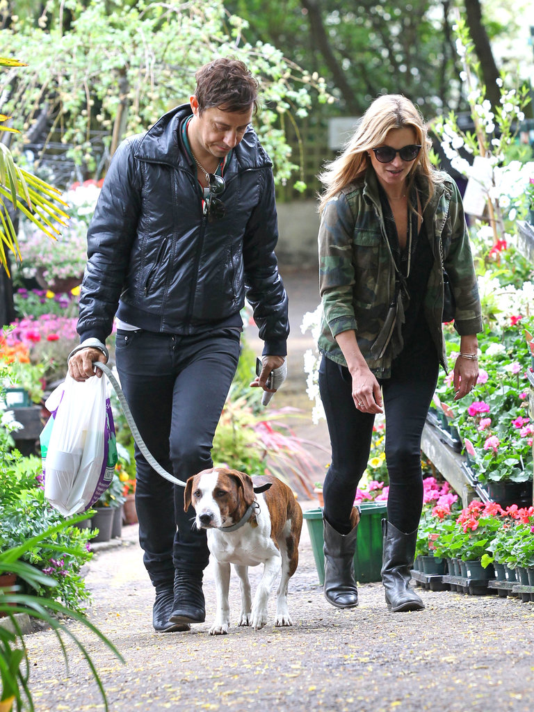 Jamie Hince held the dog while walking with Kate Moss.