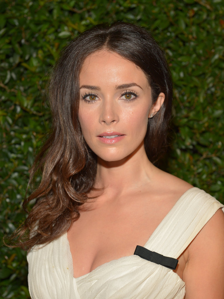 Abigail Spencer kept her makeup neutral with shades of cream on the eyes and a peachy lip colour.