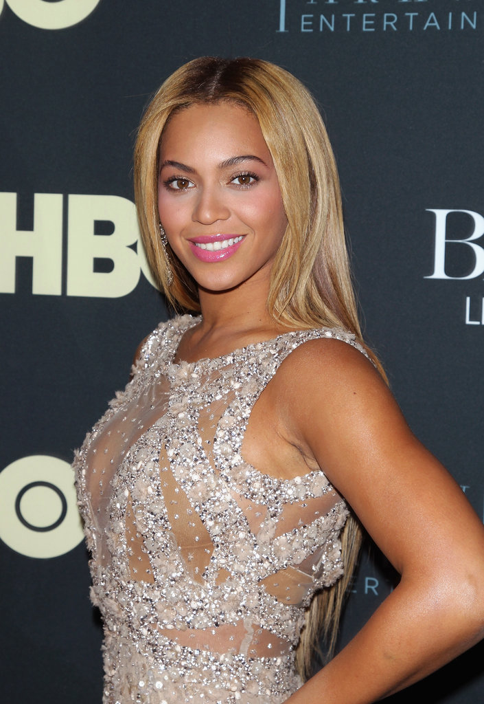 Beyoncé Knowles has been sporting the blonde hair hue for a while now, but she keeps it edgy with grown out roots.