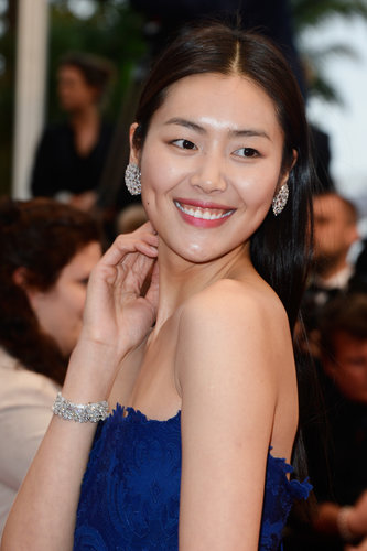 With a rosy pink lip hue, Liu Wen showed off her glowing complexion on the All Is Lost red carpet.