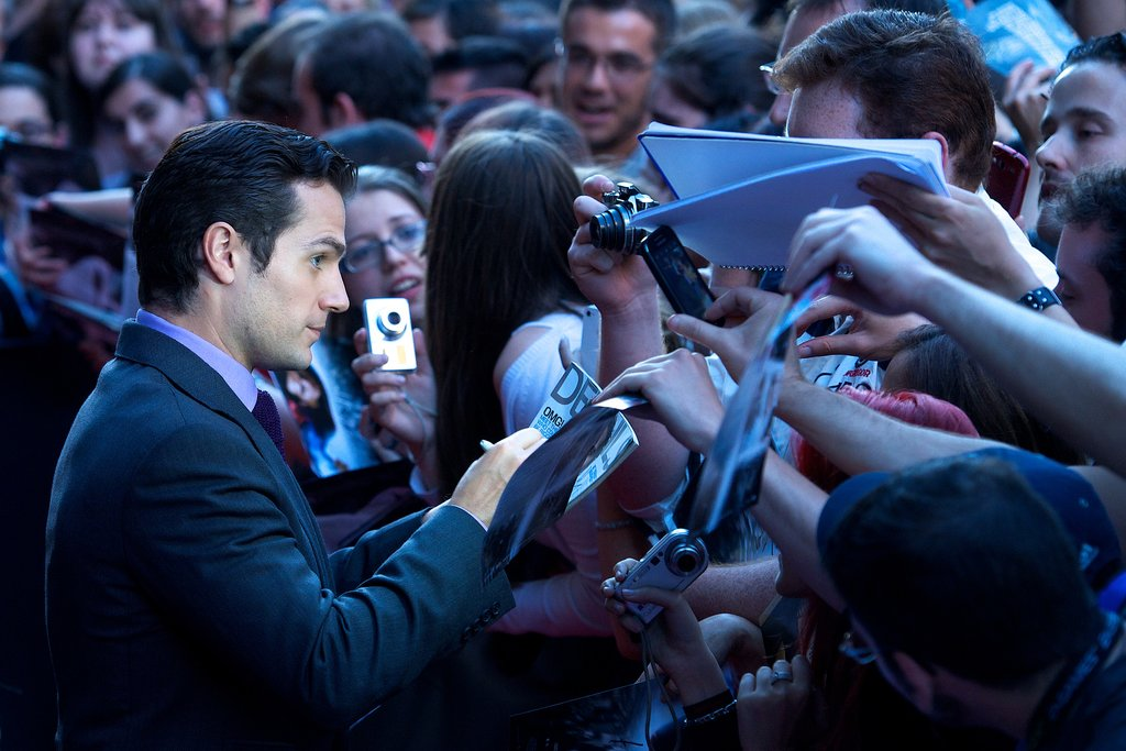 Henry Cavill signed autographs outside the Madrid Man of Steel premiere on Monday.