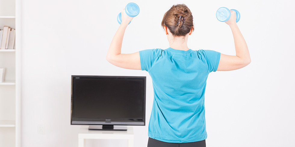This 5-Minute TV Workout Is Excuse-Proof