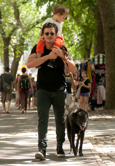 Orlando Bloom carried Flynn on his shoulders.