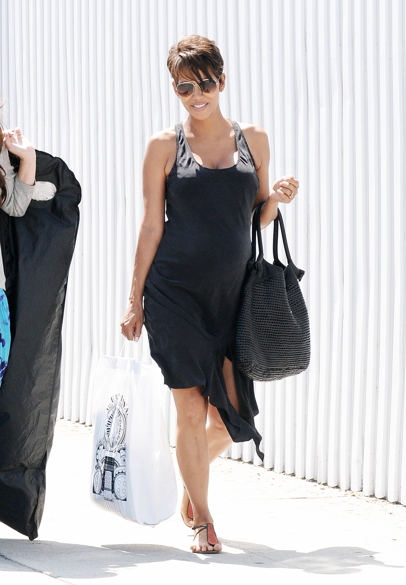 Halle stuck to black once again in Hollywood. Do the same in your city by dressing yourself in