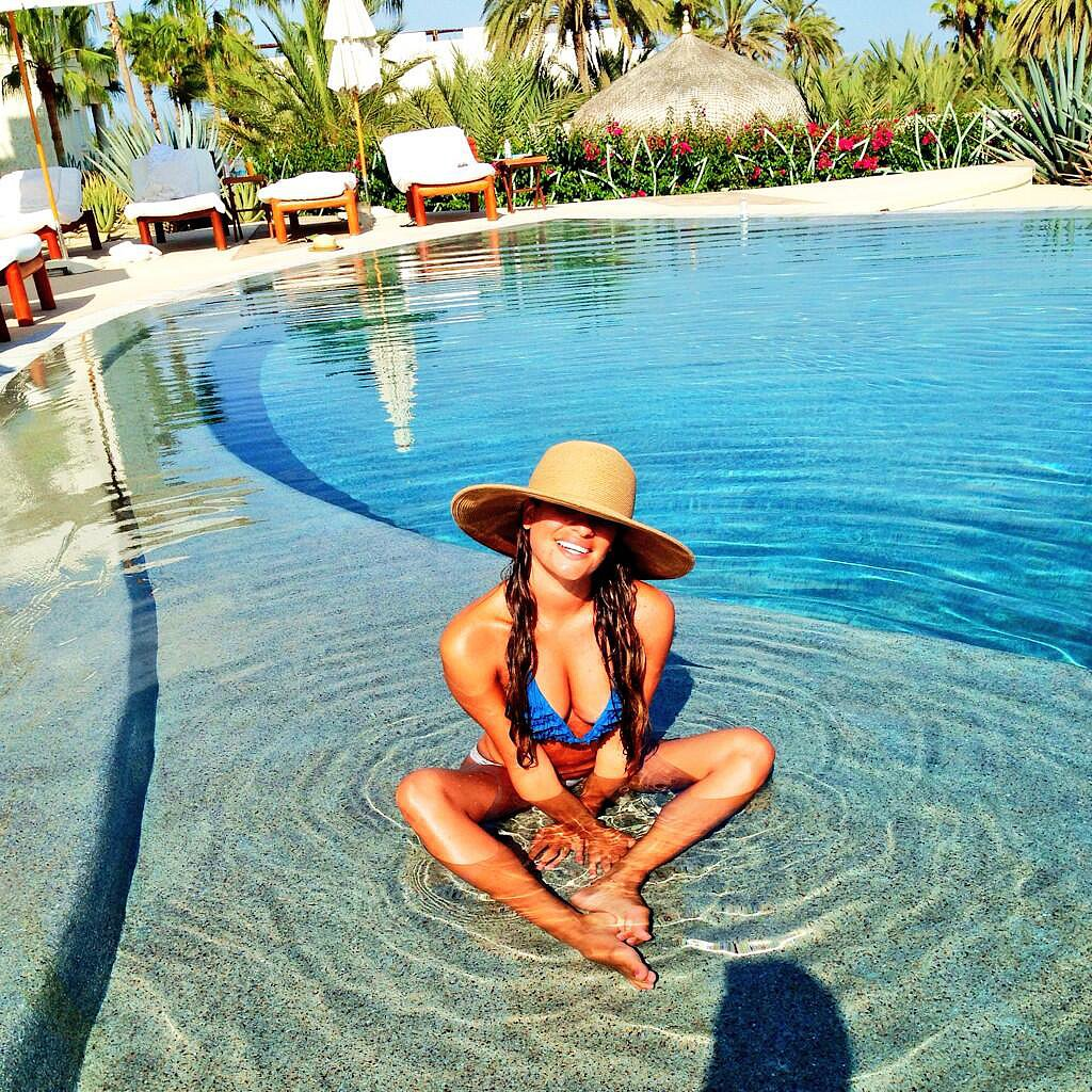Lea Michele carried a wide-brim hat poolside to protect her hair and skin from the sun.  Source: Twitter user msleamichele