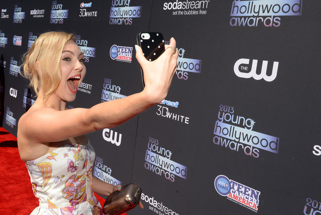 AnnaSophia Robb flashed a giant smile for a red carpet selfie.
