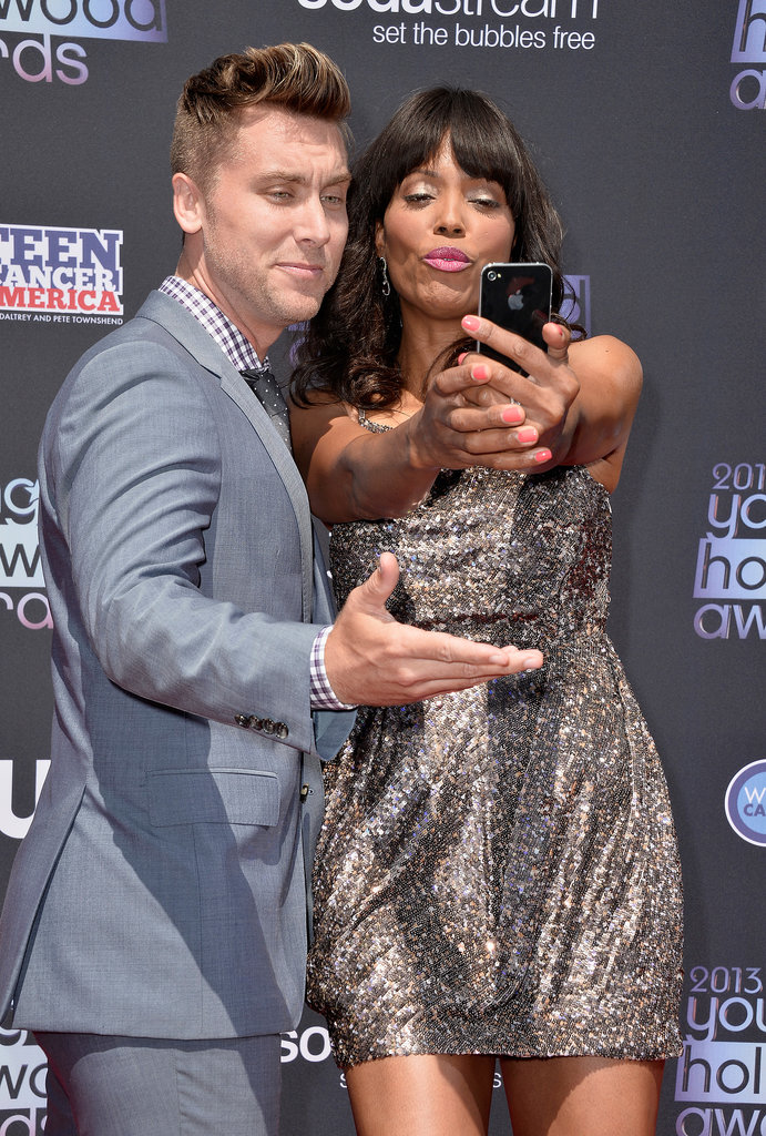 Host Aisha Tyler snapped a selfie with Lance Bass on the red carpet.