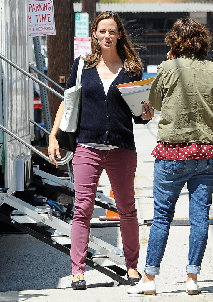 Jennifer Garner chatted with crew members.