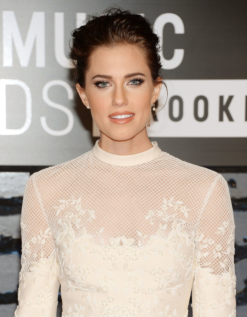 Allison Williams made her blue eyes stand out with dark eyeliner at the MTV VMAs, which she coupled with a taupe lipstick.