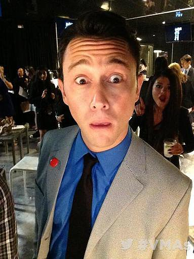 Joseph Gordon-Levitt got adorably photobombed by Selena Gomez. Source: Twitter user MTV