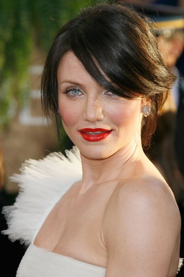 Cameron looked red hot in crimson lipstick at the 2007 Golden Globes, a perfect complement to her chocolate-brown strands and icy blue eyes.