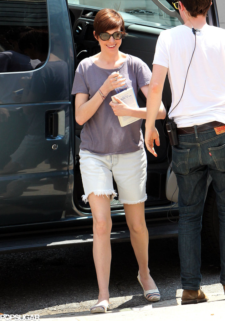 Anne Hathaway arrived on set in NYC carrying a bit of reading material in July 2013.