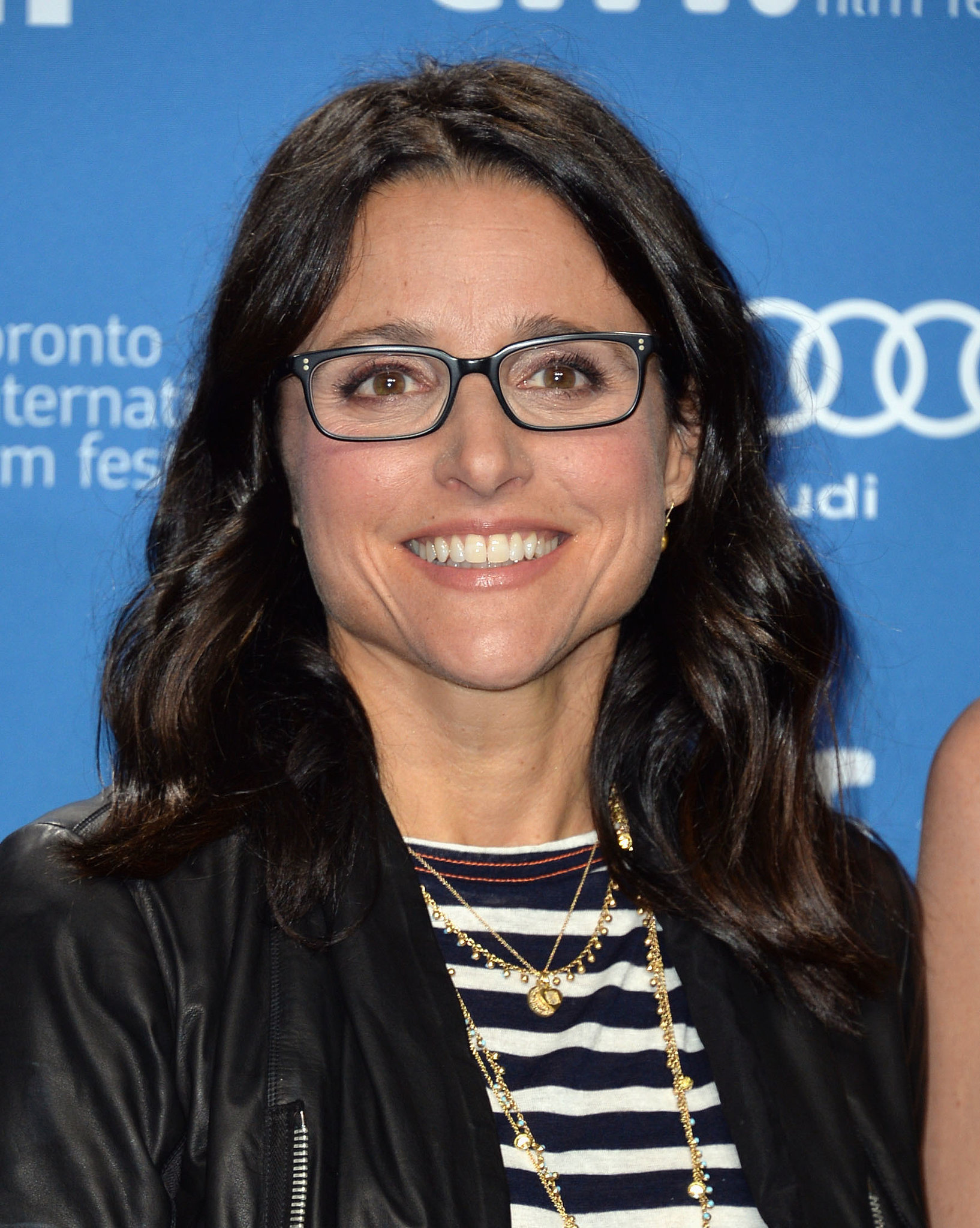 Julia Louis-Dreyfus showed off a beautiful eye-makeup look that peered behind her black-rimmed glasses at the Enough Said press conference.