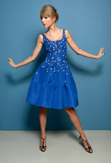 Taylor Swift posed at the portrait session for the film One Chance in an Oscar de le Renta dress.
