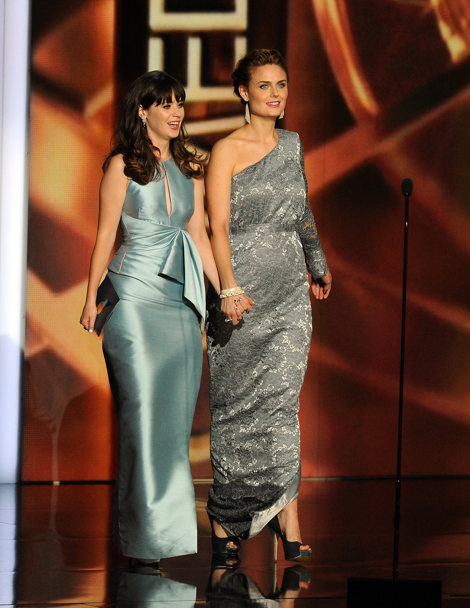 Sisters Emily Deschanel and Zooey Deschanel presented an award together at the Emmys.
