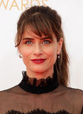 With such a high neckline, Amanda Peet's midheight ponytail was the ideal choice.