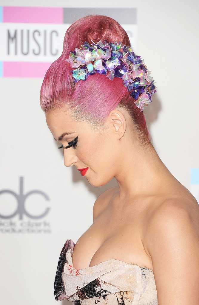 Later that same year, Katy stuck with the pink strands for her appearance at the American Music Awards.