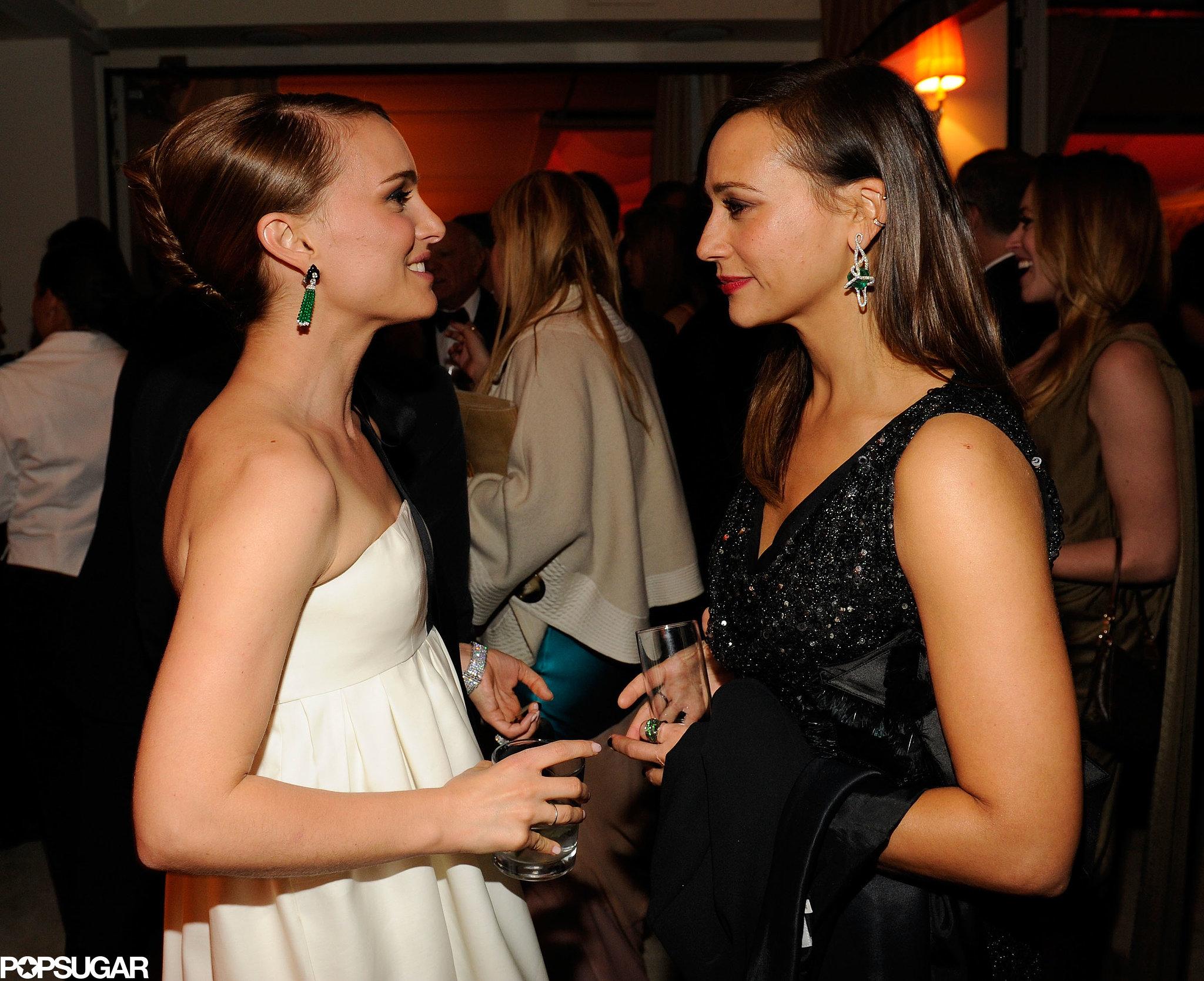 Harvard girls Natalie Portman and Rashida Jones chatted at Vanity Fair's Oscar afterparty.