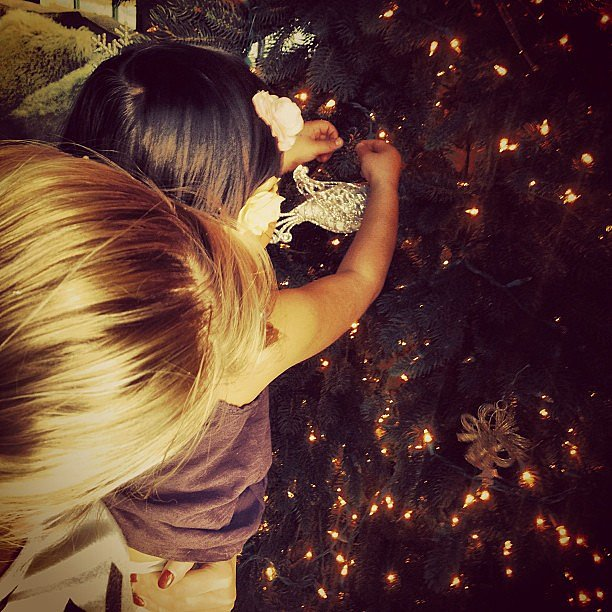Naleigh Kelley helped her mama, Katherine Heigl, trim their tree. Source: Instagram user joshbkelley