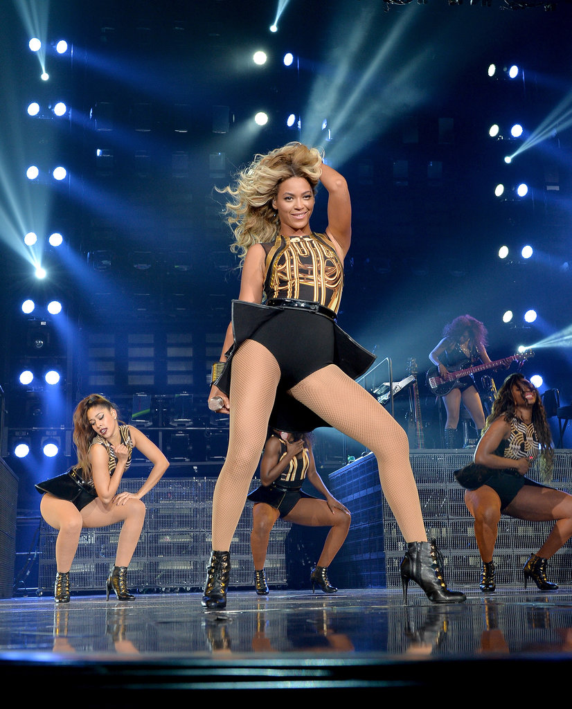 Now that Beyoncé's hair is back to shoulder length, she's back to her hair choreography. We're calling this the I'm-sexy-and-I-know-it shrug.