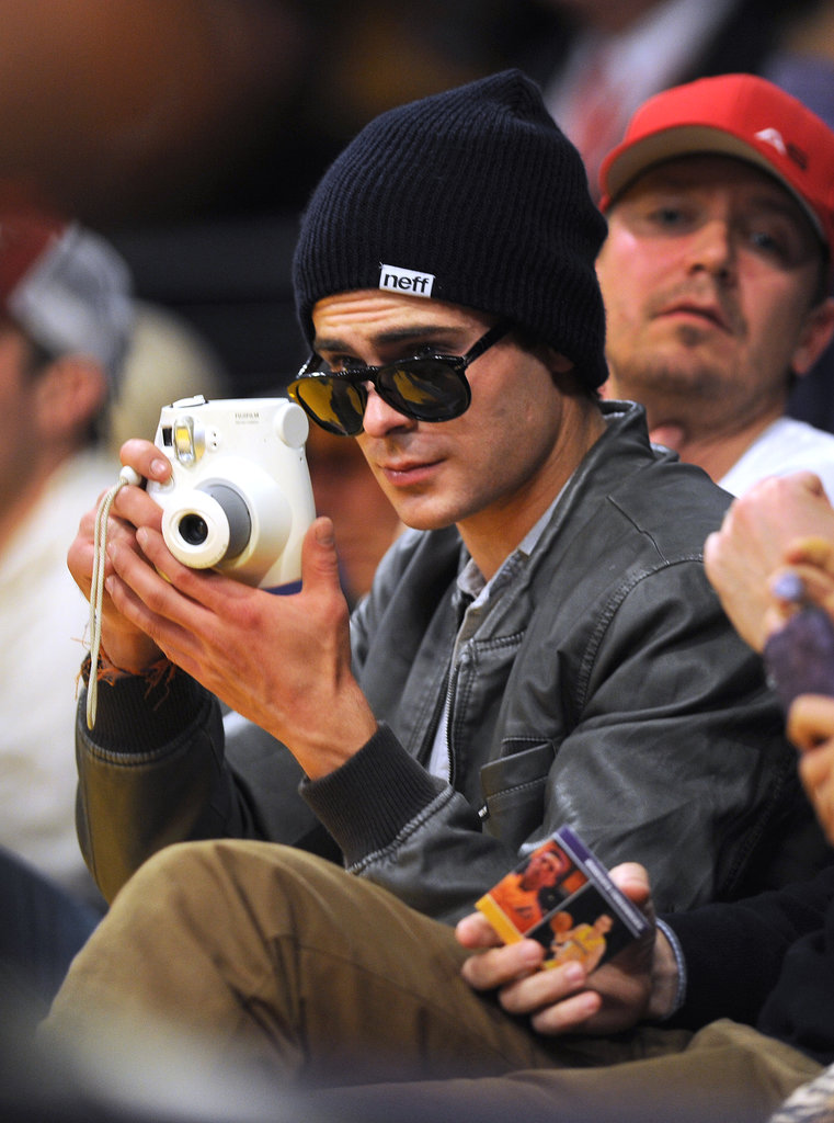 Zac Efron took a photo at the Lakers game.