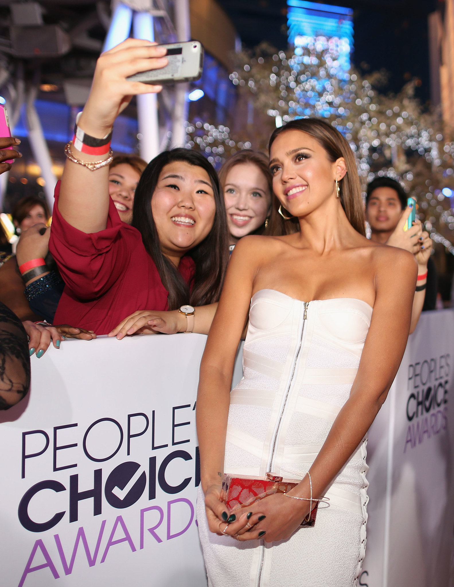 Jessica Alba posed for a fan's picture while walking the People's Choice Awards red carpet.