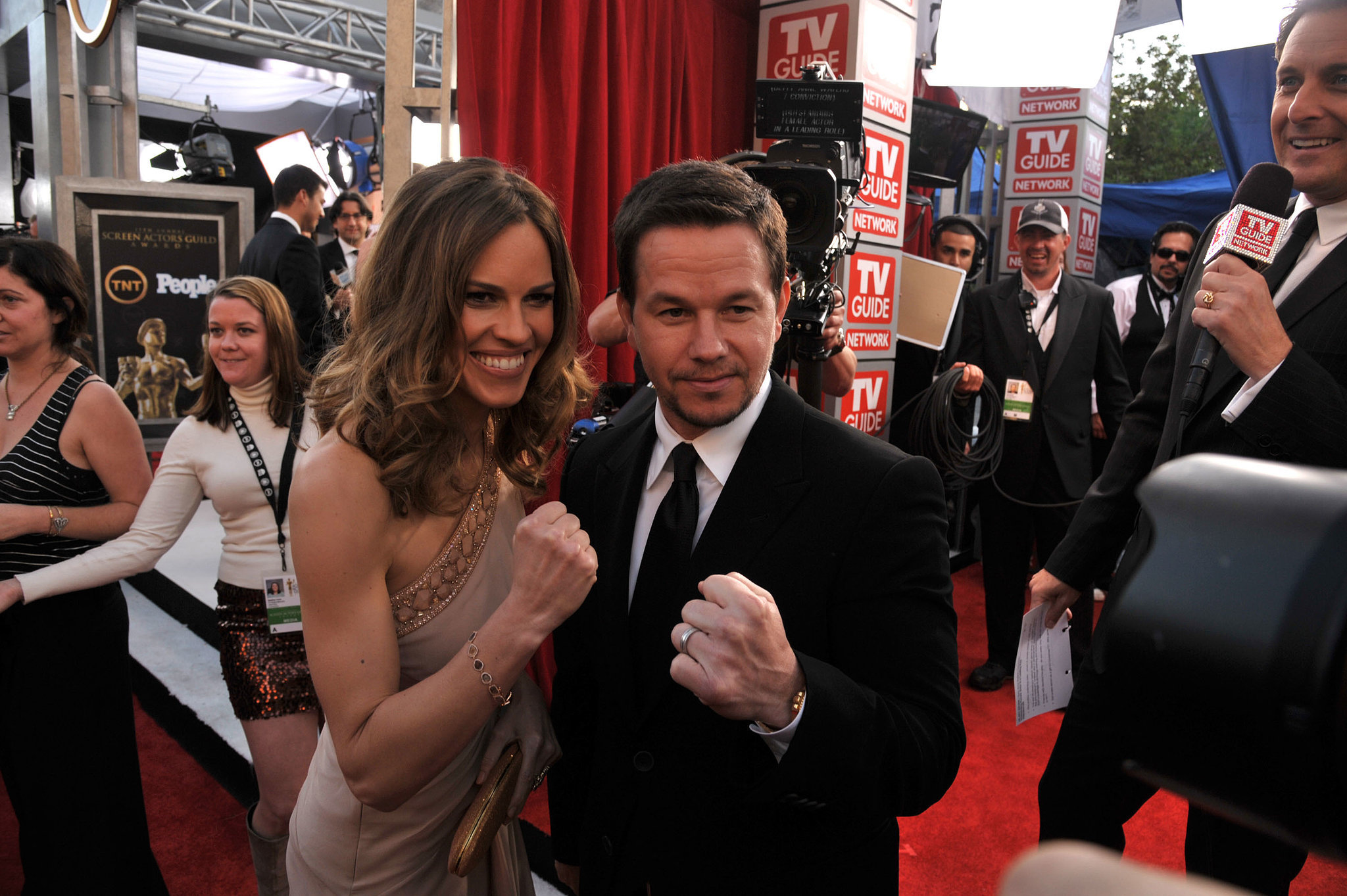 Onscreen fighters Hilary Swank and Mark Wahlberg threw their fists up for photographers on the SAG Awards red carpet in 2011.