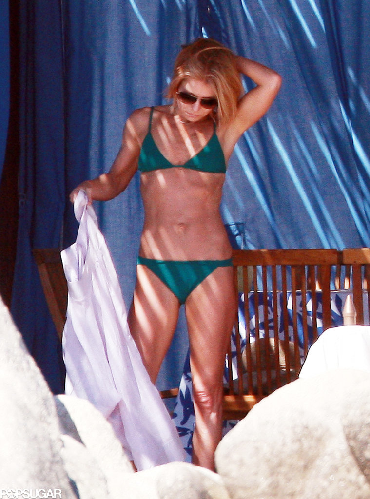 Kelly Ripa showed off her bikini body in the shade.