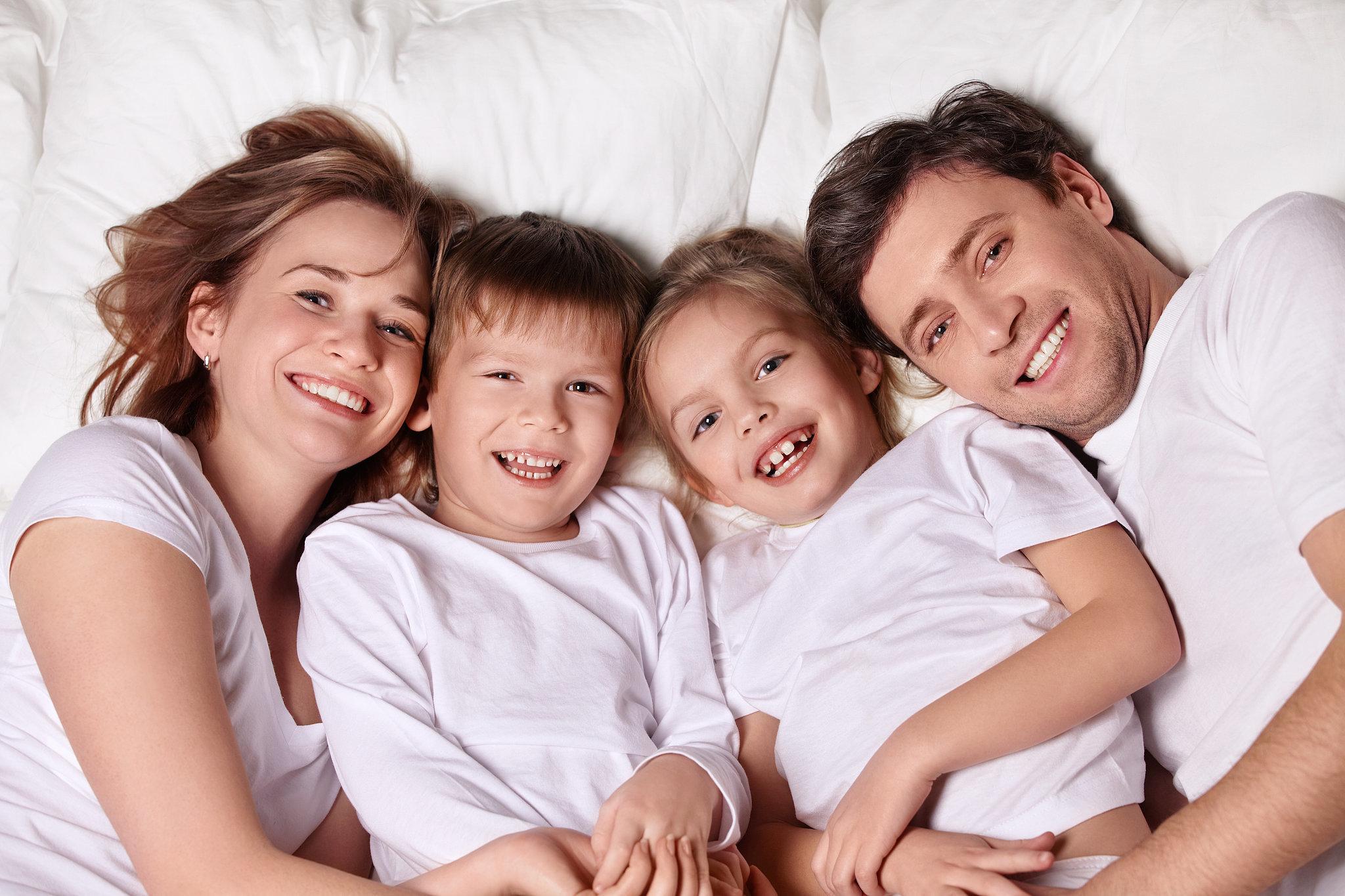 Семейное фото в постели 8 фотография