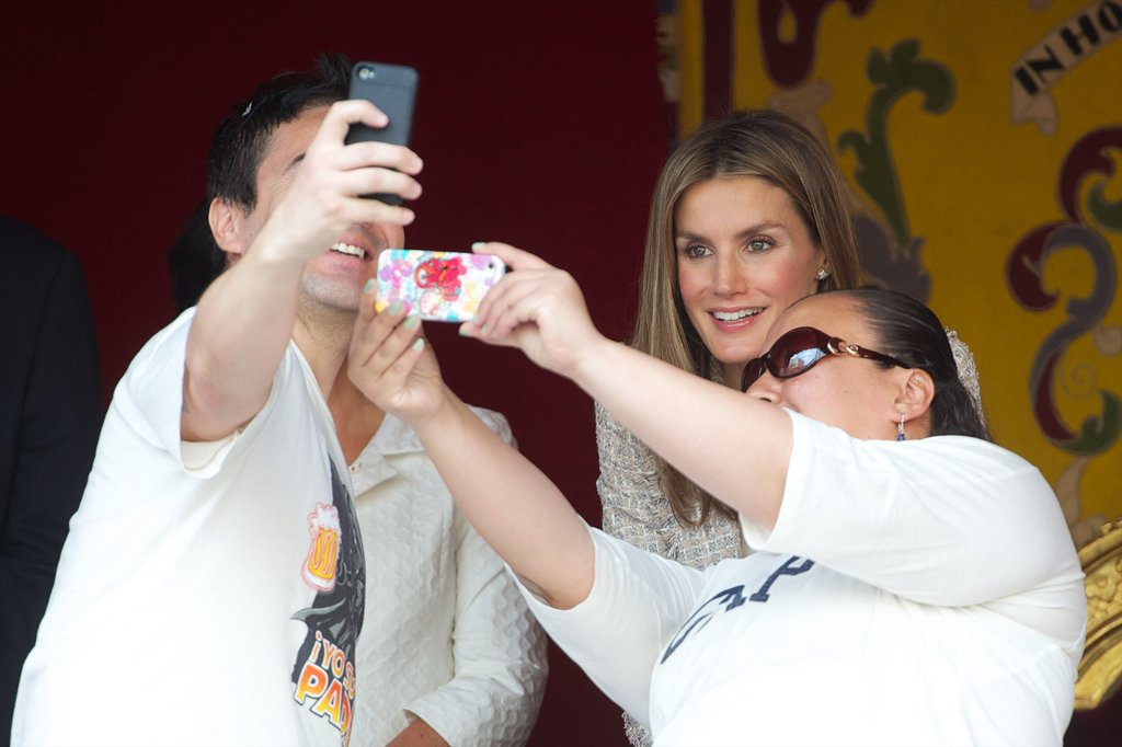 In October 2012, she posed for a selfie during a Red Cross fundraising event in Madrid.