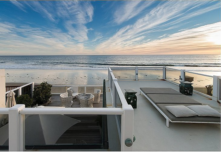 Located just steps from the sand in Malibu, CA, Judd Apatow's beach bungalow looks out over the glassy Pacific Ocean. Source: Elisabeth Halstead Real Estate