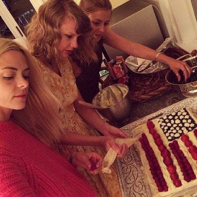 Jaime and Taylor looked right at home in the kitchen, where the stars baked a cake with model Amanda Griffith.  Source: Instagram user amandygriffith
