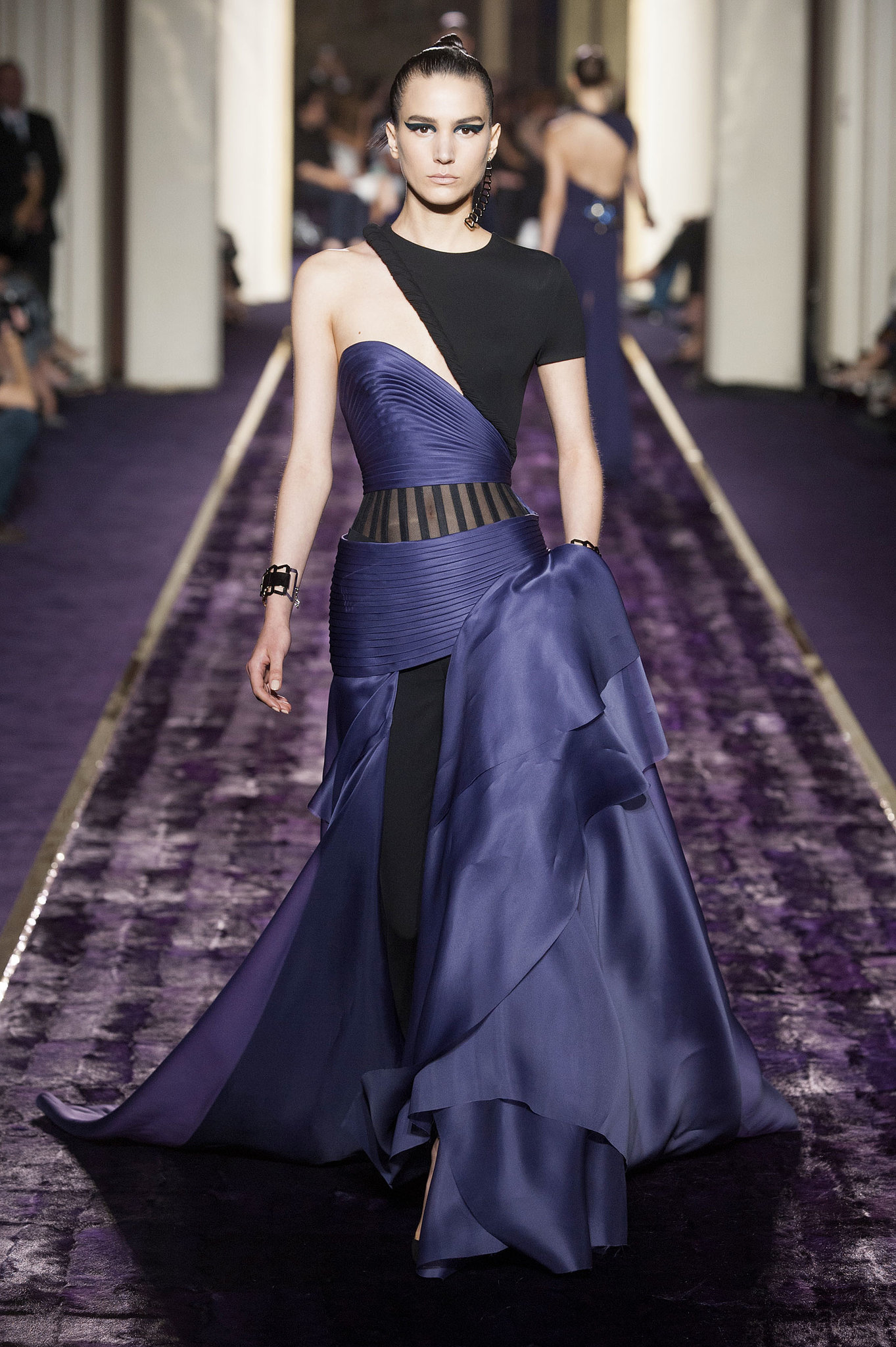 Atelier versace haute couture fall 2014 popsugar fashion for Haute couture atelier